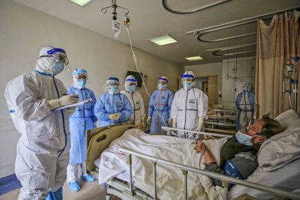 """""""Estamos al tope"""": médicos que combaten en la última trinchera contra el coronavirus en Arequipa"""