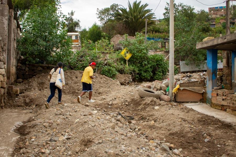 Algunas calles en el sector de Pozo Negro todavía siguen cubiertas por cúmulos de tierra