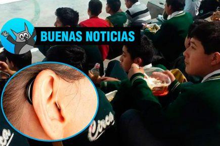 Maestra dona audífonos a su alumno que sufre de sordera
