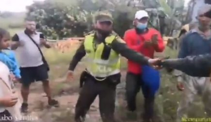 Policía desacata órdenes por defender a familias campesinas