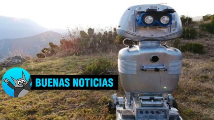 Profesor crea robot de material reciclado que juega y narra cuentos en quechua (FOTOS)