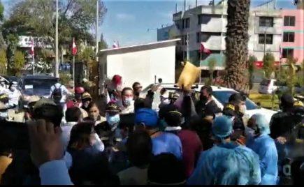 «Vizcarra, basta de mentiras»: protestas contra presidente al llegar a Arequipa (VIDEO)