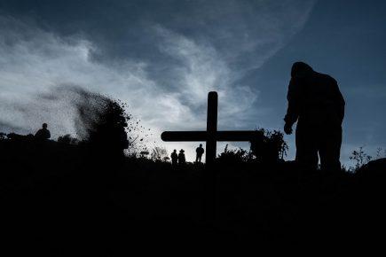 Escenas anónimas en el cementerio El Cebollar