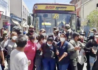 Arequipa: comerciantes de San Juan de Dios bloquean paso de buses del SIT