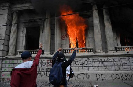 Guatemala: incendian Congreso en protesta por  presupuesto para 2021