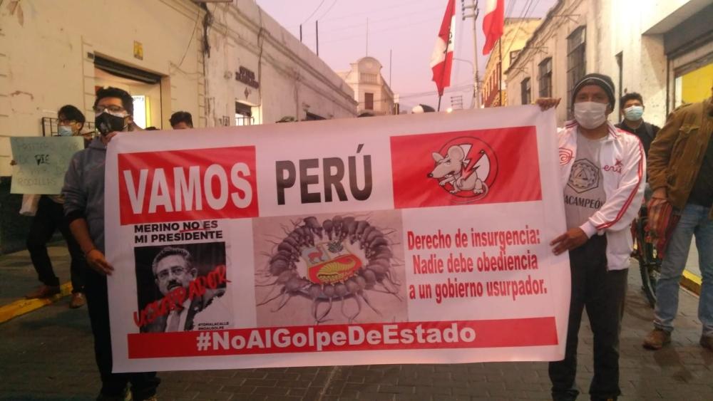 En Arequipa, jóvenes salieron con banner y carteles en contra de Manuel Merino. Foto: El Búho