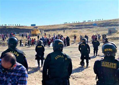 Arequipa: Contingente policial desaloja invasores de terrenos en Yura