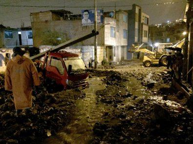 Huayco en Paucarpata, calles inundadas y vehículos atrapados tras intensa lluvia (Video)