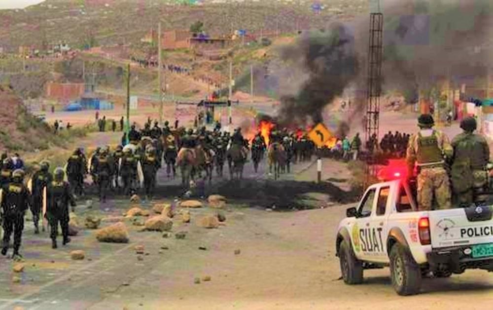 En el km 16 y 17 de la vía Arequipa - Puno, se registraron los enfrentamientos por huelga de transportistas, se destacó un contingente PNP.