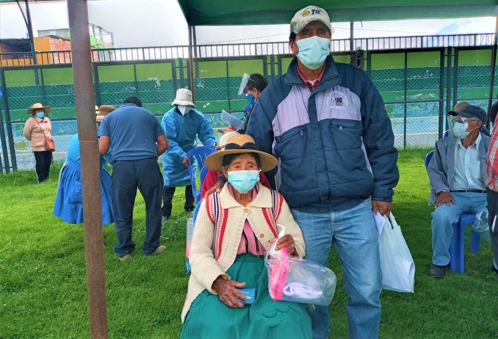 Primera persona de la tercera edad vacunada en Arequipa contra covid-19.