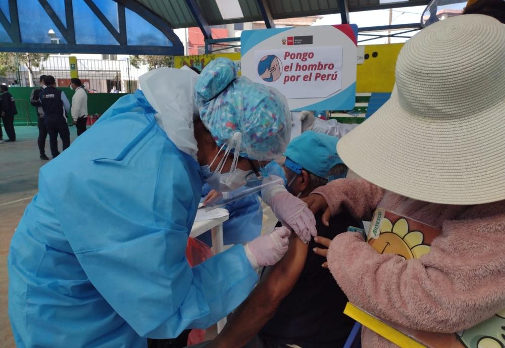 Arequipa: aglomeración y largas filas en vacunación de adultos mayores
