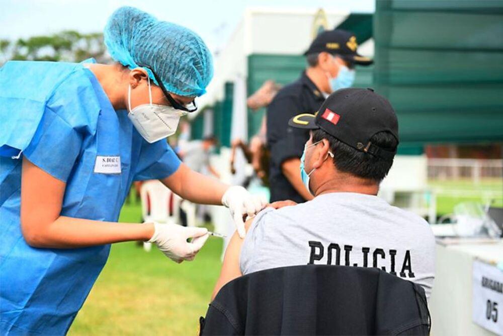 Vacunas covid-19 para policías en Arequipa.