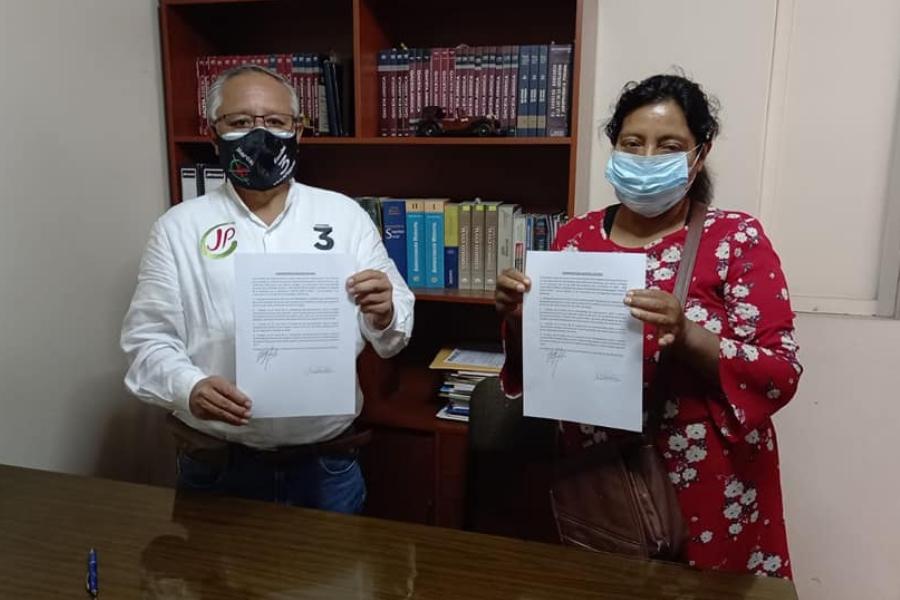 Candidato por Arequipa firmando compromiso con dirigente de asociaciones
