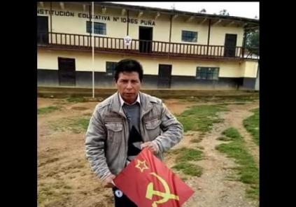 """Es falsa la imagen de Pedro Castillo con una """"bandera de Sendero Luminoso"""""""