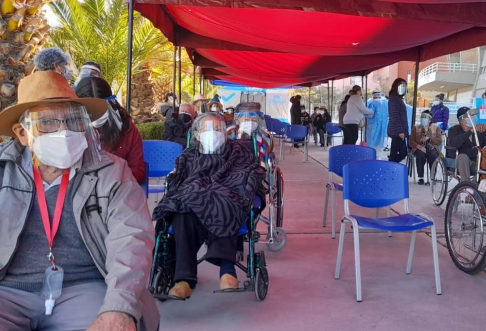 Desorden y colas: mal inicio de la vacunación universal de adultos mayores en Arequipa