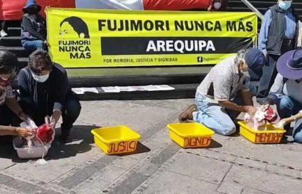 """Arequipa: colectivo """"Fujimori Nunca Más"""" lava bandera en rechazo a Keiko Fujimori (VIDEO)"""