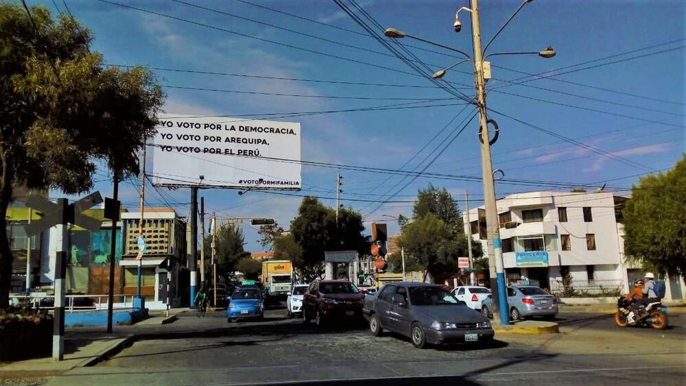 Paneles anticomunismo en Arequipa.