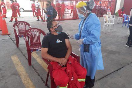 Arequipa: vacunan a más de 100 bomberos contra la covid-19