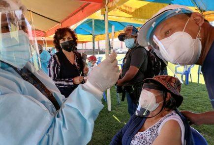 Arequipa: tercera jornada de vacunación de mayores en medio de confusión y colas