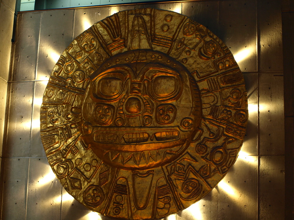 Réplica en gran escala del sol de Echenique. Exhibición en el desaparecido Muse Nacional de Lima
