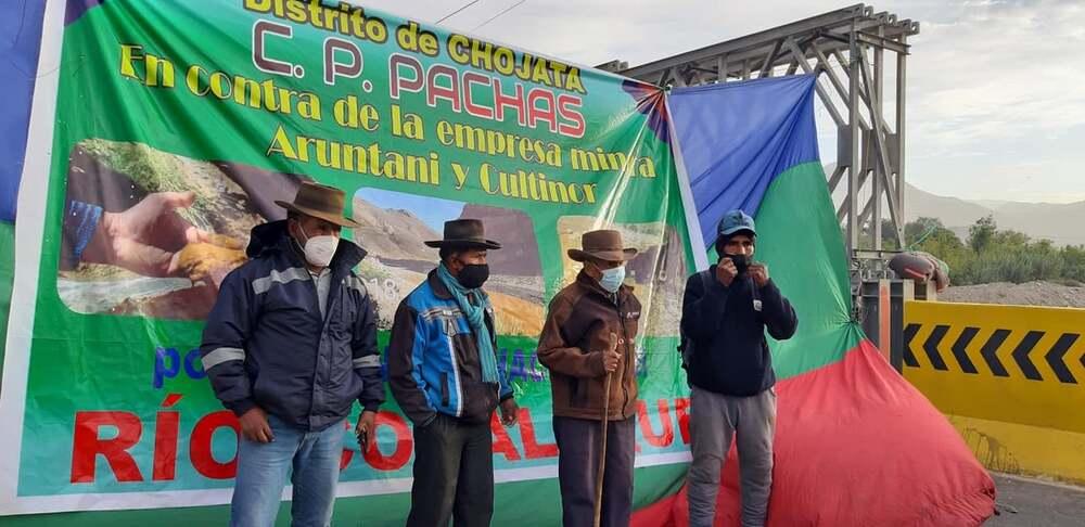 decenas de habitantes de Chojata, Omate, Ubinas, realizaron protestas por la contaminación del río Coralaque