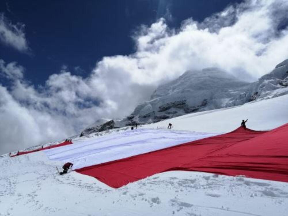 Bandera del Bicentenario ya se encuentra en la cima del Huascarán