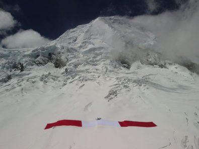 Bandera del Bicentenario en la cima del Huascarán
