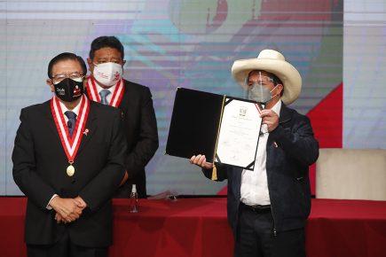 Pedro Castillo al recibir credenciales: No somos comunistas, no somos extremistas