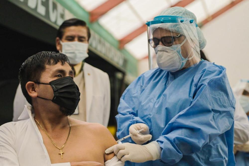 "Gobernador de Arequipa tras recibir  vacuna contra la covid-19: ""la vacuna nos va proteger"""