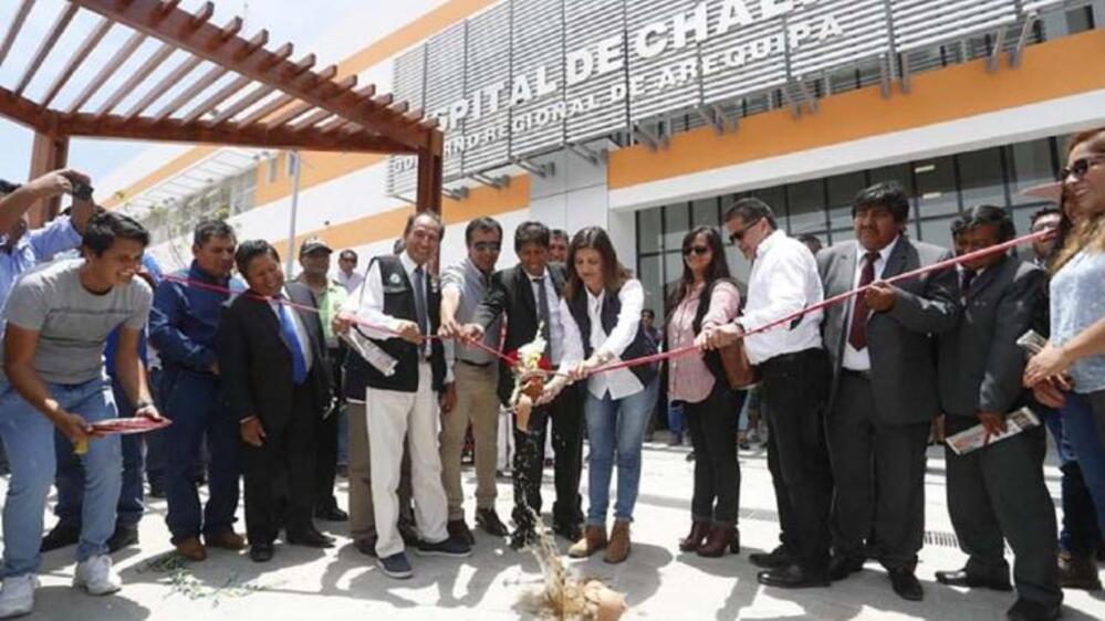 Yamila Osorio haciendo el acto simbólico de la entrega de uno de los hospitales, a pesar de que no estaba culminado.