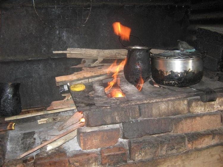Arequipa: ollas comunes vuelven a la cocina a leña por alza de precios